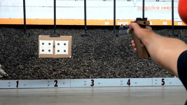 vídeos de stock, filmes e b-roll de arma de estilo olímpico - smart