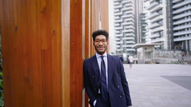 vídeos de stock e filmes b-roll de stylish business man in business district - depois do trabalho