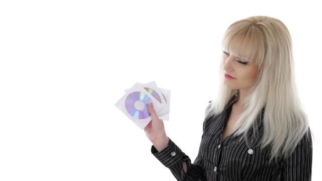 elegante geschäftsfrau mit scheiben mit videos, musik und daten - cd stock-videos und b-roll-filmmaterial