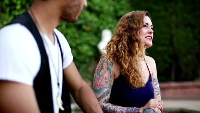 vidéos et rushes de un couple de discuter avec intimité - tatouage