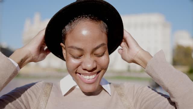 vidéos et rushes de portrait vidéo de blogueur de mode élégant - blog