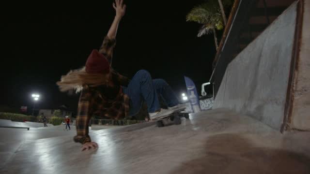 スケートパークでスタイリッシュな女の子のスケートボード - 女性選手点の映像素材/bロール