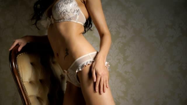 vidéos et rushes de lingerie élégante femme - pin up