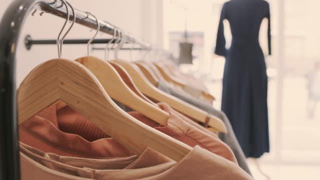 stockvideo's en b-roll-footage met stijlvolle kleding voor een stijlvolle jij - kledingrek