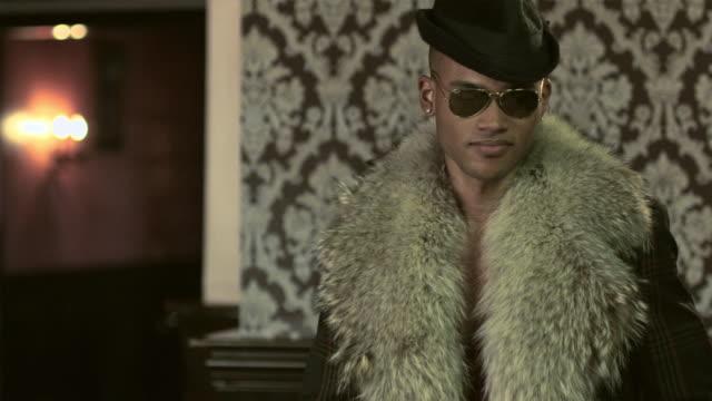 vídeos y material grabado en eventos de stock de stylish young man dancing - gafas de sol