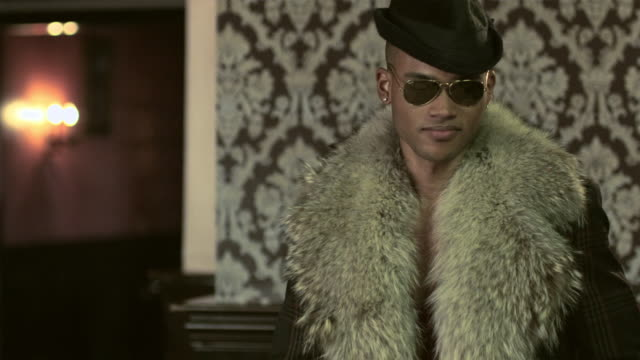vidéos et rushes de stylish young man dancing - mac