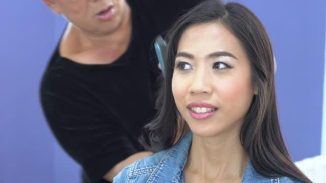 Stylist nutzt Haarspray für Teenager-Mädchen Haare