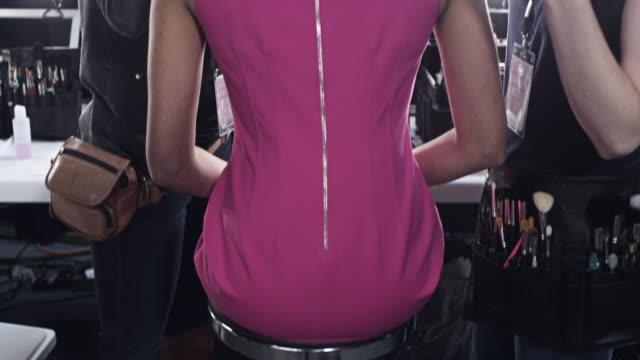 ms tu stylists making final adjustments on female model backstage at fashion show - 撮影シーン点の映像素材/bロール