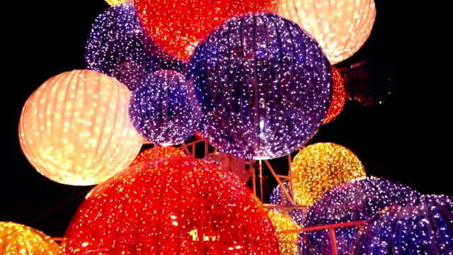 vídeos y material grabado en eventos de stock de hermoso árbol de navidad en la víspera de año nuevo street - guirnalda