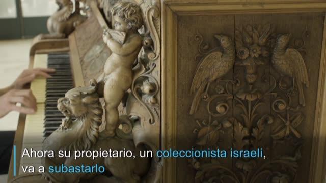 su sonido se mantiene intacto, al igual que las elaboradas figuras talladas en madera que lo adornan: tras más de 200 anos de historia el piano de... - madera material stock videos & royalty-free footage