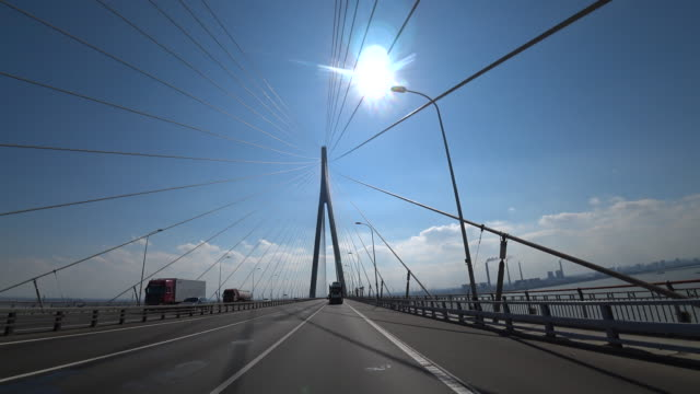 vídeos de stock e filmes b-roll de su tong yangtze river highway bridge connecting eastern jiangsu province suzhou city and shanghai is the important traffic and transportation... - ponte