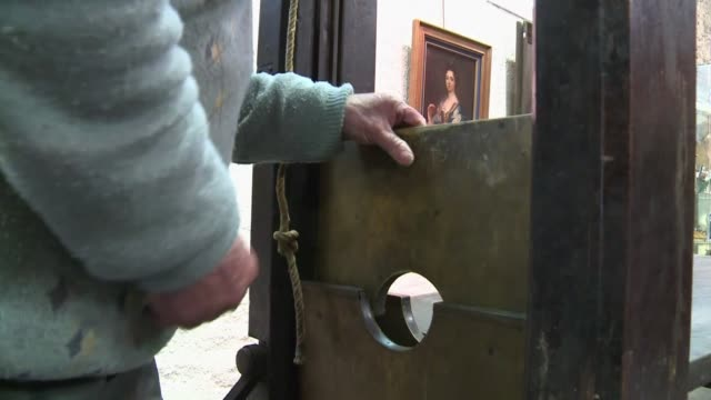 subastaran en francia una guillotina en perfecto estado de funcionamiento y que habria sido utilizada por las armadas de la republica una fuerza... - guillotine stock videos & royalty-free footage
