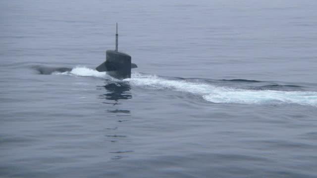 a submarine cruises near the ocean's surface. - 潜水艦点の映像素材/bロール