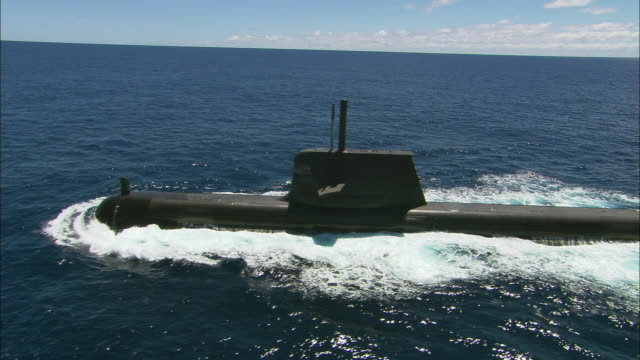 ms ts aerial submarine moving through water, perth, western australia, australia - sottomarino mezzo di trasporto marittimo video stock e b–roll