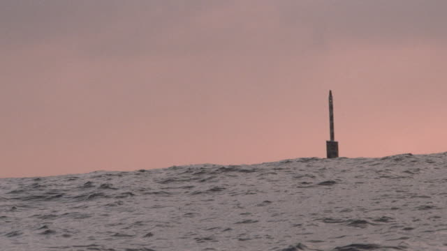 a submarine runs close to the surface with its periscope above water. - 潜水艦点の映像素材/bロール