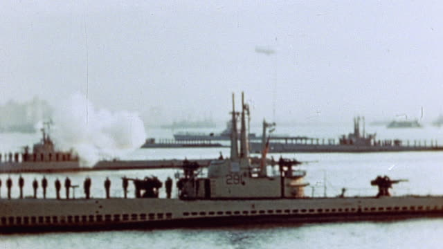 vidéos et rushes de submarines in hudson river on navy day firing 21 gun salutes / new york city new york united states - 1945