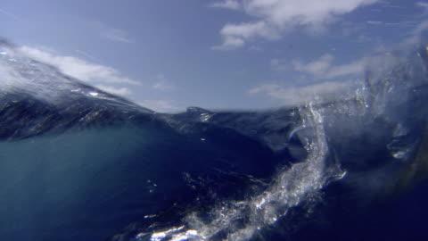vídeos de stock, filmes e b-roll de pov submersible being lowered into atlantic ocean - oceano atlântico