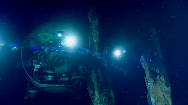 submersible illuminates black smoker deep sea vent on ocean floor, mid atlantic ridge - sottomarino subacqueo video stock e b–roll