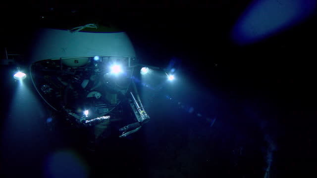 submersible lights illuminate black smoker deep sea vent on ocean floor, mid atlantic ridge - sottomarino subacqueo video stock e b–roll