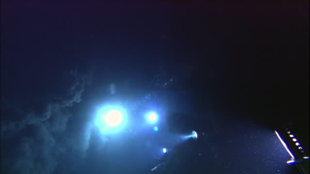 vídeos de stock, filmes e b-roll de submersible lights illuminate black smoker deep sea vent on ocean floor, mid atlantic ridge - profundo