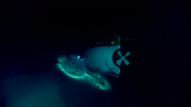 submersible shines lights onto deep sea floor, mid atlantic ridge - sottomarino subacqueo video stock e b–roll