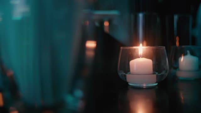 vídeos de stock e filmes b-roll de subtle flickering candle in a nightclub. - aconchegante