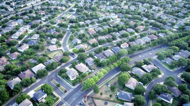 vídeos y material grabado en eventos de stock de suburbio viven ángulo drone mirando por encima de miles de casas de los suburbios de austin, texas - propiedad inmobiliaria