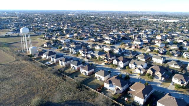Vorort-Viertel mit perfekten kleinen Boxen von Häusern in perfekte Reihen mit Wasserturm sonnigen Nachmittag Sonne
