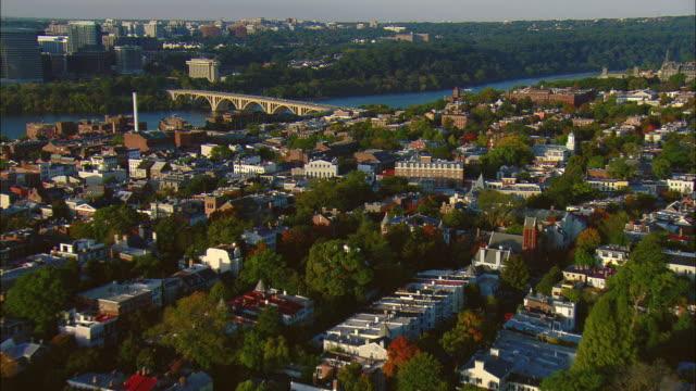 vidéos et rushes de aerial suburb of georgetown and potomac river with key bridge, washington d.c., usa - georgetown washington dc