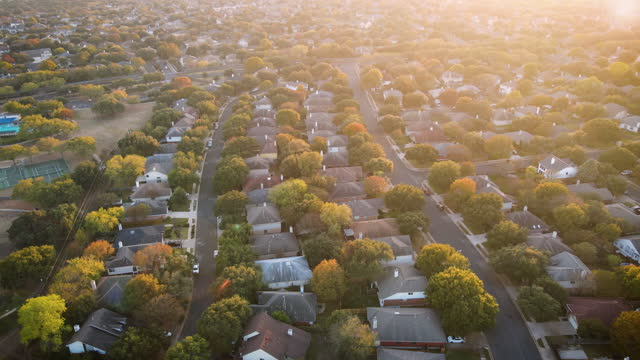 vídeos y material grabado en eventos de stock de suburb sunset lens flare sobre miles de casas - texas