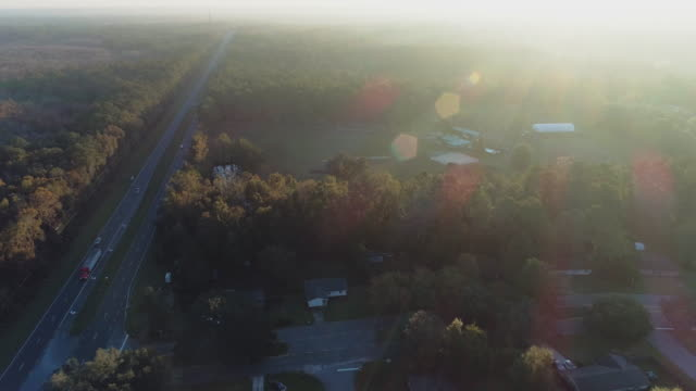 vídeos de stock e filmes b-roll de suburban area of tallahassee, florida, at sunset. aerial drone video with the forward camera motion. - florida eua