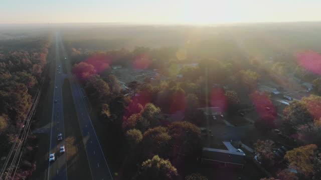 vídeos y material grabado en eventos de stock de zona suburbana de tallahassee, florida, al atardecer. vídeo aéreo de drones con el movimiento panorámico de la cámara. - rayo de sol