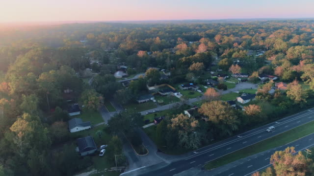 vídeos de stock e filmes b-roll de suburban area of tallahassee, florida, at sunset. aerial drone video with the wide panoramic, orbit camera motion. - florida eua