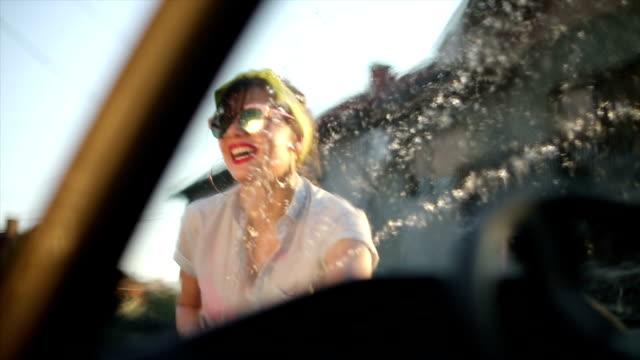 vidéos et rushes de lavage de voiture de banlieue - pin up