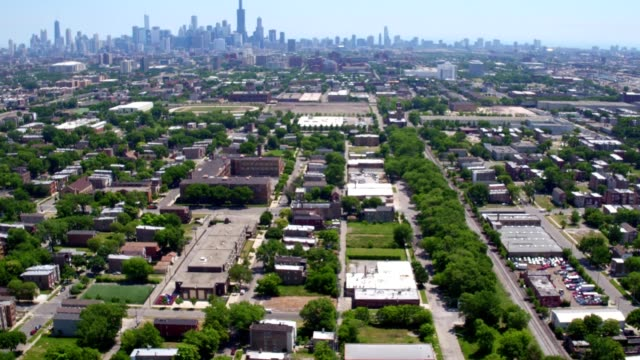 stockvideo's en b-roll-footage met suburban chicago skyline - chicago illinois