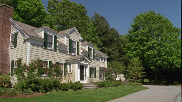 vídeos y material grabado en eventos de stock de ms suburban home with lawn and large trees in spring / manchester, vermont - toma de apertura