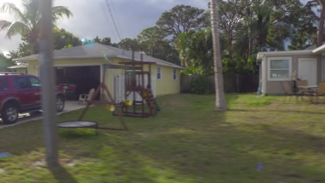 vídeos de stock, filmes e b-roll de suburban homes in jensen beach - flórida eua