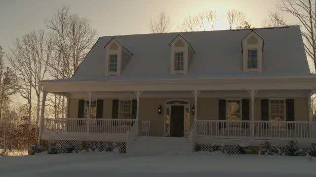 vídeos y material grabado en eventos de stock de ms pan suburban house covered in snow, richmond, virginia, usa - richmond