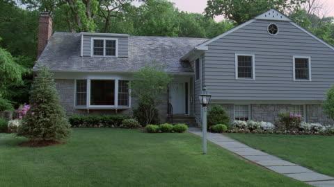 ws suburban house with manicured lawn / philadelphia, pennsylvania - vorderansicht stock-videos und b-roll-filmmaterial