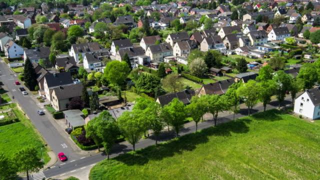 antenne: vorstadthäuser - vorort wohnsiedlung stock-videos und b-roll-filmmaterial