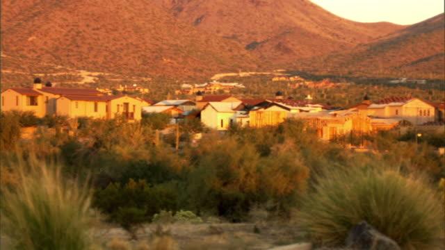 ws, pan, suburban houses with mountains in background, phoenix, arizona, usa - vorort wohnsiedlung stock-videos und b-roll-filmmaterial