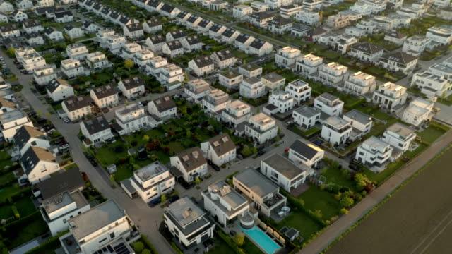 suburban neighborhood - town stock-videos und b-roll-filmmaterial