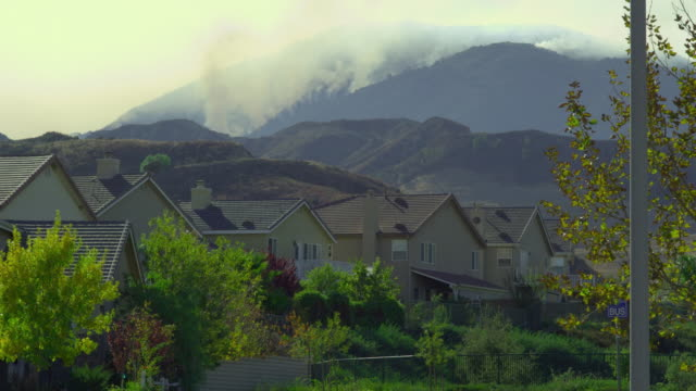 ms, suburban neighborhood with forest fire in background, santa clarita, california, usa - santa clarita bildbanksvideor och videomaterial från bakom kulisserna