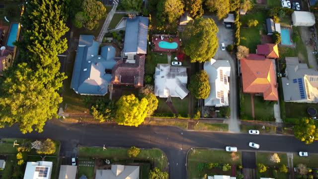 vídeos de stock, filmes e b-roll de vista aérea do pôr do sol suburbano - expansão urbana