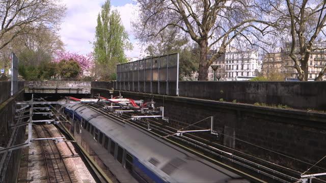 vidéos et rushes de suburban train to paris - railroad track