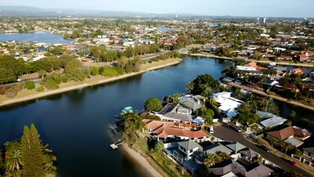 vídeos y material grabado en eventos de stock de suburbios separados por canales. costa australiana - estrecho