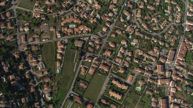 vidéos et rushes de aerial oh suburbs with swimming pools/ grasse, france - quartier résidentiel