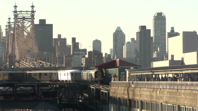 u-ankunft an skyline von new york city - queens stock-videos und b-roll-filmmaterial