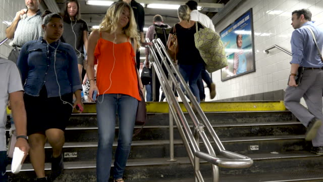 #7 subway at grand central station, rush hour, nyc - 階段点の映像素材/bロール