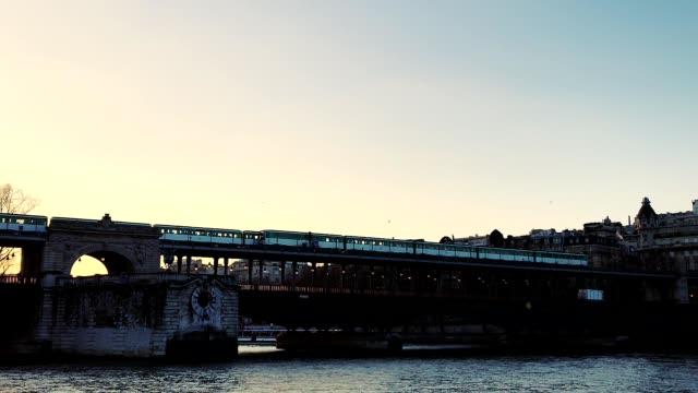 subway at sunset crossing the bridge pont de birhakeim over the seine river in paris france - pont de bir hakeim stock videos & royalty-free footage